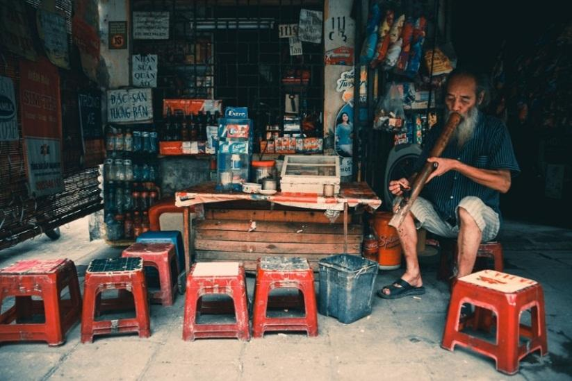 A small tea vendor with old tables and chairs
